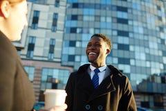 Homem de negócios africano Chatting com colega fora imagens de stock
