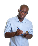 Homem de negócios africano com prancheta Imagens de Stock Royalty Free