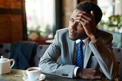 Homem de negócios africano considerável Resting no café imagens de stock