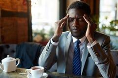 Homem de negócios africano considerável Suffering Headache imagem de stock royalty free