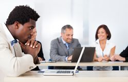Homem de negócios africano Looking At Laptop Fotografia de Stock Royalty Free