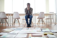 Homem de negócios africano Planning Project no escritório vazio fotos de stock royalty free