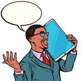 Homem de neg?cios africano que fala no telefone com uma tela muito grande, tabuleta t?cnica dos dispositivos do humor ilustração royalty free