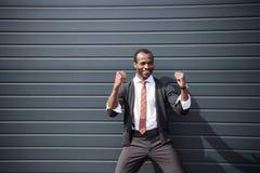 Homem de negócios afro-americano feliz que está fora Fotos de Stock Royalty Free