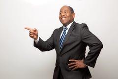Homem de negócios afro-americano feliz Smiling e apontar foto de stock royalty free