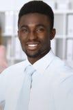 Homem de negócios afro-americano na reunião no escritório, colorido no branco Conceito da negociação ou da decisão dura fotografia de stock royalty free