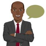 Homem de negócios afro-americano novo com os braços dobrados e a bolha do discurso ilustração do vetor