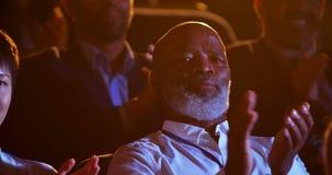 Homem de negócios afro-americano que aplaude no seminário do negócio no auditório 4k filme
