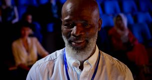 Homem de negócios afro-americano que usa a tabuleta digital no seminário no auditório 4k vídeos de arquivo
