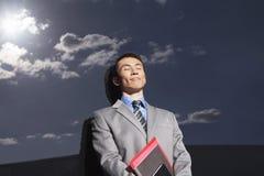 Homem de negócios Against Reflective Wall com os olhos fechados foto de stock royalty free