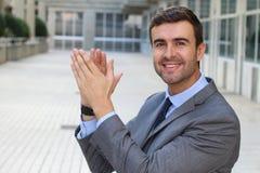 Homem de negócios alegre considerável que aplaude fotos de stock royalty free