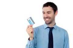 Homem de negócios alegre que guarda o cartão de crédito foto de stock royalty free