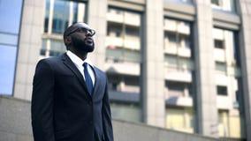 Homem de negócios amador que olha acima nos objetivos distantes, motivação para o trabalho duro, conceito imagens de stock