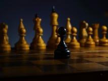 Homem de neg?cios ambicioso corajoso e desafio Penhor de madeira preto e xadrez fotos de stock