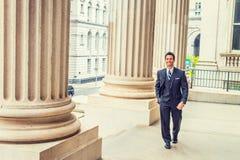 Homem de negócios americano da Idade Média que anda para trabalhar dentro do vintage o foto de stock