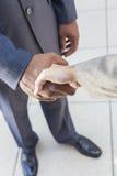 Homem de negócios & mulher do americano africano que agitam as mãos Fotografia de Stock Royalty Free