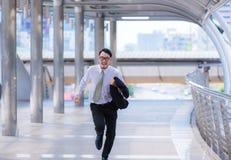 Homem de negócios ansioso forçado com pressa e correndo, está atrasado para sua nomeação de negócio e veste uma camisa ao correr imagens de stock