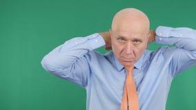 Homem de negócios apresentável Arranging His Tie no fundo verde fotos de stock royalty free