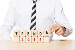 Homem de negócios Arranging Wooden Blocks com tendências 2016 palavras Fotografia de Stock