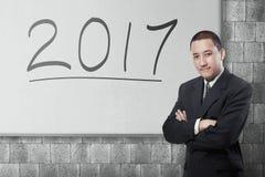 Homem de negócios asiático atrativo com 2017 Fotografia de Stock Royalty Free
