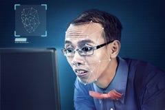 Homem de negócios asiático atrativo que usa o reconhecimento de cara ilustração stock