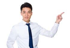 Homem de negócios asiático com ponto do dedo acima Imagens de Stock