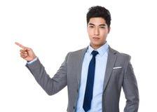 Homem de negócios asiático com ponto do dedo acima Imagem de Stock