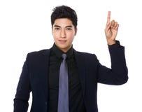 Homem de negócios asiático com ponto do dedo acima Foto de Stock Royalty Free