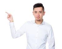 Homem de negócios asiático com ponto do dedo acima Imagem de Stock Royalty Free