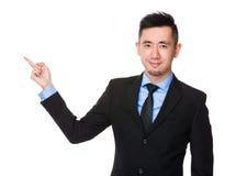 Homem de negócios asiático com ponto do dedo acima Fotos de Stock