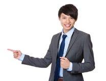 Homem de negócios asiático com ponto do dedo de lado Fotos de Stock Royalty Free