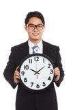 Homem de negócios asiático com um pulso de disparo Imagens de Stock Royalty Free