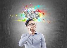 Homem de negócios asiático no telefone, rodas denteadas do cérebro Imagens de Stock Royalty Free