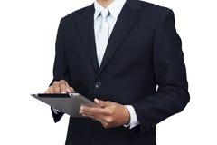 Homem de negócios asiático no vestuário formal do terno usando o tablet pc Fotos de Stock Royalty Free