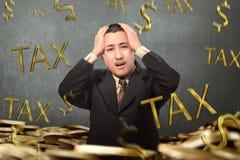 Homem de negócios asiático novo forçado com imposto de queda da palavra fotografia de stock