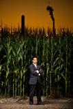 Homem de negócios asiático novo na frente de um campo de milho Imagem de Stock