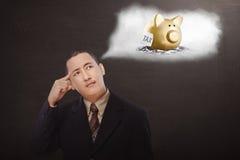Homem de negócios asiático novo que pensa sobre o pagamento de impostos fotos de stock royalty free