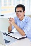 Homem de negócios asiático novo que trabalha no escritório Fotografia de Stock