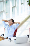 Homem de negócios asiático novo que trabalha no escritório Imagem de Stock Royalty Free