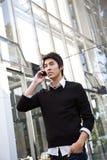 Homem de negócios asiático ocasional no telefone Fotografia de Stock
