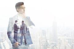 Homem de negócios asiático pensativo em uma cidade nevoenta Fotos de Stock Royalty Free