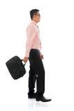 Homem de negócios asiático que anda com pasta Fotografia de Stock Royalty Free