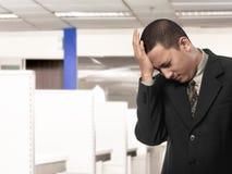 Homem de negócios asiático que tem a dor de cabeça Fotos de Stock