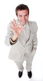 Homem de negócios assertivo que mostra o sinal APROVADO Imagens de Stock
