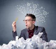 Homem de negócios atrás do papel amarrotado Imagem de Stock