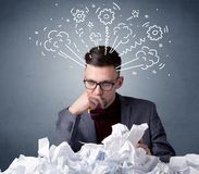 Homem de negócios atrás do papel amarrotado Foto de Stock