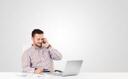 Homem de negócios atrativo com espaço branco liso da cópia Fotografia de Stock Royalty Free