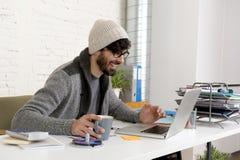 Homem de negócios atrativo latino-americano novo do moderno do retrato incorporado que trabalha com o escritório domiciliário mod Fotos de Stock Royalty Free