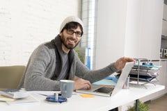 Homem de negócios atrativo latino-americano novo do moderno do retrato incorporado que trabalha com o escritório domiciliário mod Fotografia de Stock
