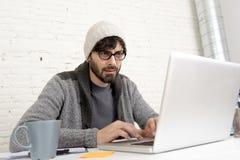 Homem de negócios atrativo latino-americano novo do moderno do retrato incorporado que trabalha com o escritório domiciliário mod Foto de Stock